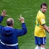 Luiz Felipe Scolari kann dieses Ergebnis nicht fassen.