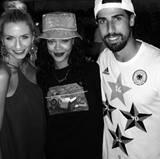 Auch an der Seite der Spielerfrauen lässt Rihanna sich ablichten. Hier posiert sie mit Sami Khedira und dessen Freundin Lena Gercke.