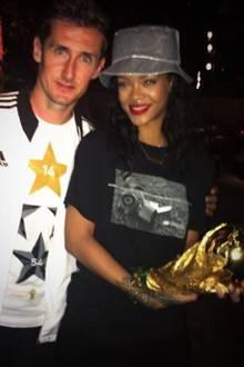 """""""King Klose"""", twittert Rihanna zu diesem Foto. Ihr Idol sieht allerdings nicht so begeistert aus."""