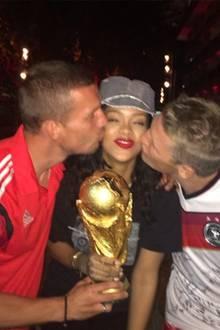 Über dieses Foto haben sich bestimmt auch Poldi udn Schweini gefreut: Rihanna lässt sich von den beiden Kickern einen dicken Schmatzer auf die Wange geben.