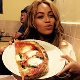 """28. Mai 2015  In Florenz lässt sich Beyoncé bei """"Il Pizzaiuolo"""" eine original italienische Pizza schmecken."""