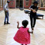 Oktober 2014  Blue Ivy tanzt im Pariser Louvre über einer Lüftung, was ihr Kleidchen Marilyn-Monroe-like hochwirbeln lässt.