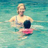 23. Juli 2015  Blue Ivy bekommt von Mama Beyoncé das Schwimmen beigebracht.