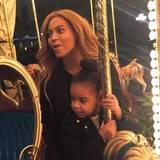 28. Mai 2015  Für Merry-Go-Round-Spaß ist man nie zu alt: Beyoncé fährt mit Blue Ivy eine Runde Karussell.