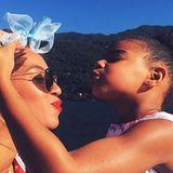 29. Juli 2016   Blue Ivy darf Mama Beyoncé aufhübschen. Ganz gekonnt macht sie ihr eine Schleife ins Haar.