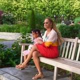 2. September 2016   Eine kleine Pause gönnen sich Beyoncé und ihre Tochter Blue Ivy in einer grünen Oase von New York.
