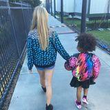 Apple Paltrow nimmt Beyoncés Tochter Blue Ivy an die Hand, um sich gemeinsam mit ihr das Spiel anzusehen.