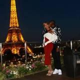 29. Juli 2016   Die Eltern Beyoncé und Jay Z verbringen einen Abend zu zweit bei traumhafter Kulisse. Hinter ihnen ist der Eiffelturm in seiner vollen Lichterpracht.