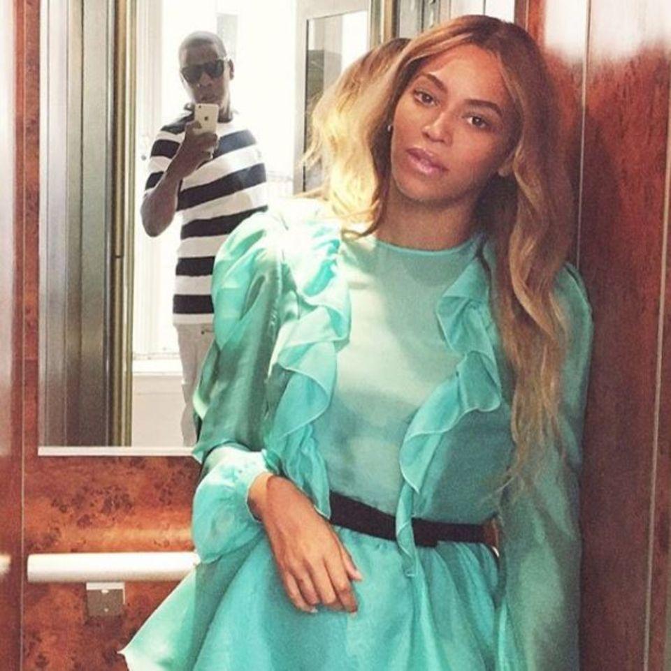 29. Juli 2016   Jay Z hält einen besonders schönen Moment seiner Frau Beyoncé fest. Beide befinden sich im romantischen Familienurlaub in Frankreich.