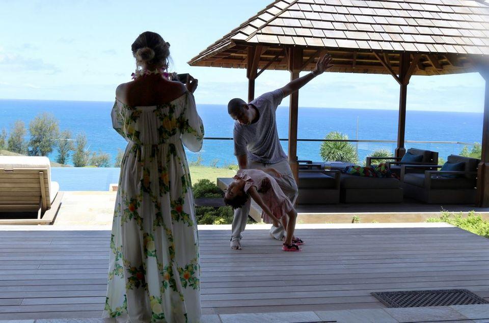 20. Juni 2016  JayZ schwingt mit Tochter Blue Ivy das Tanzbein. Beyoncé hält die süße Showeinlage mit dem Handy fest.