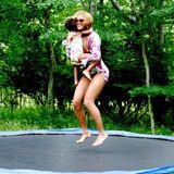 Juli 2014  Beyoncé genießt mit Töchterchen Blue Ivy den Sommertag beim Trampolinspringen.