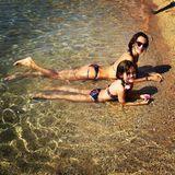 Sonnenbad auf Mykonos: Im blumigen Bikini-Partnerlook kühlen sich Topmodel Alessandra Ambrosio und Töchterchen Anja im Meer ab.