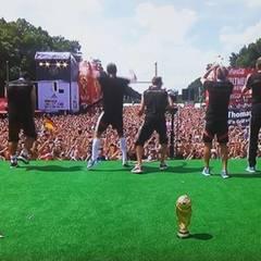 Nach Jogi Löw sind die Jungs dran. Hunderttausende jubeln den WM-Helden zu. Der Pokal ist da fast schon Nebensache.