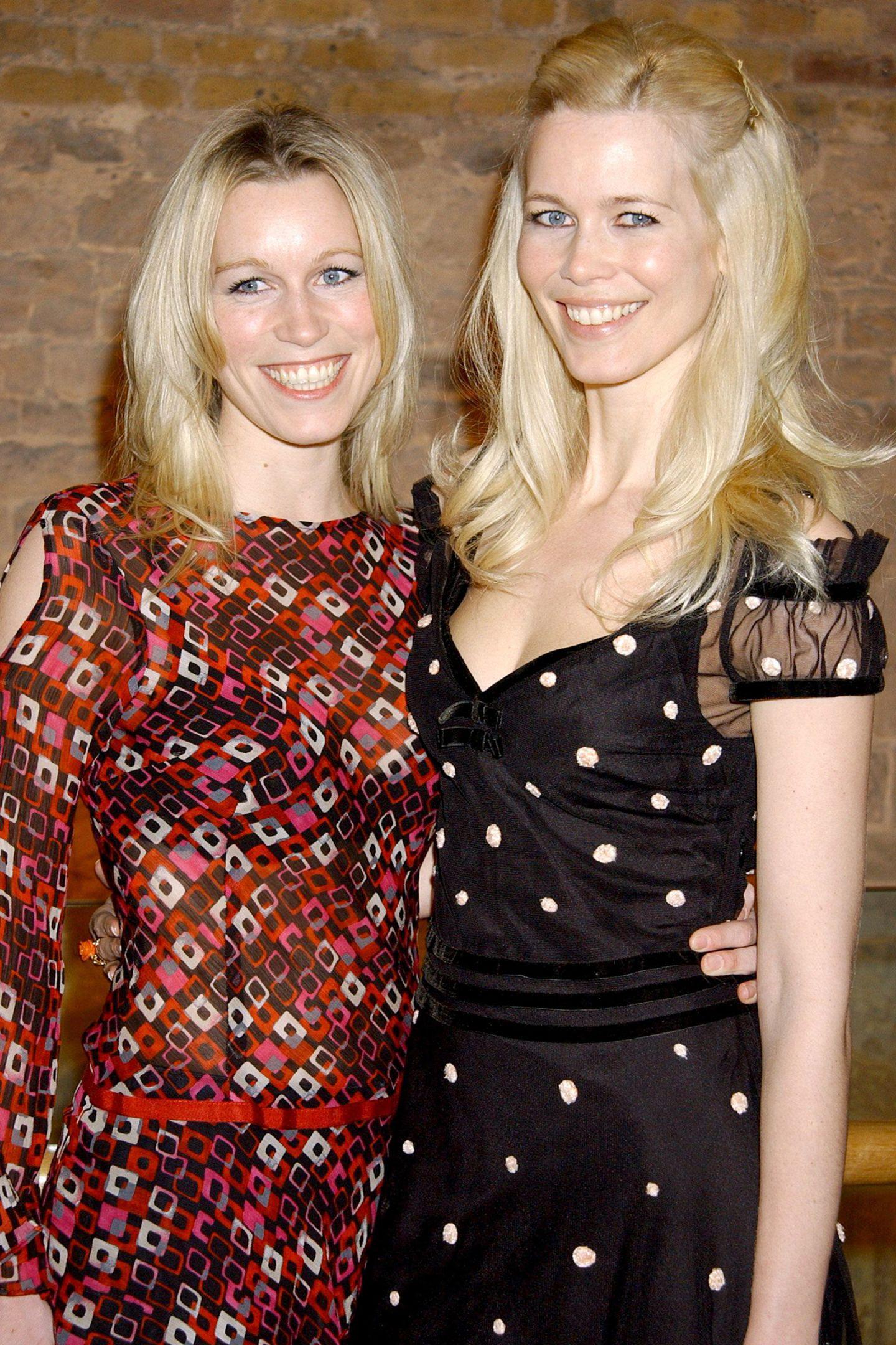 Claudia und Ann Carolin Schiffer  Ebenso blond, dafür aber weniger bekannt als ihre Supermodel Schwester ist Ann Carolin Schiffer. Die Ähnlichkeit ist unübersehbar, und auch nach Claudias Umzug nach London haben die beiden gebürtigen Rheinländerinnen noch immer ein inniges Verhältnis.