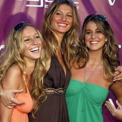 Gisele, Gabriela und Rafaela Bundchen  Das bestverdienende Model der vergangenen Jahre ist ein echter Familienmensch. Zusammen mit ihren Schwester Gabriela (links) und Rafaela besucht Gisele Bundchen gerne glamouröse Events. Insgesamt hat die Brasilianerin sogar fünf Schwestern.