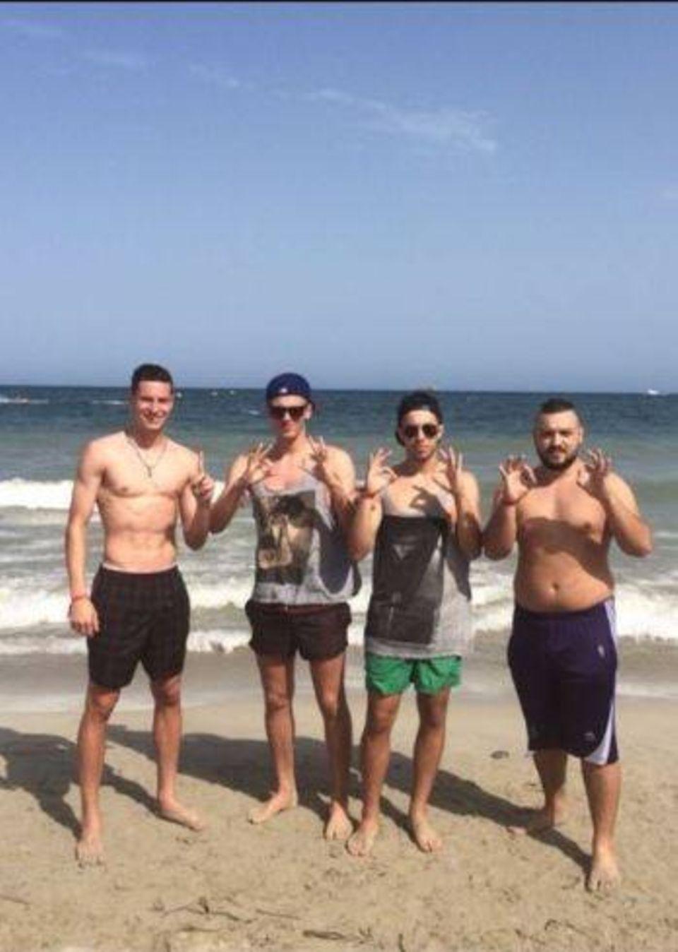 Julian Draxler entspannt sich mit Freunden am Strand.