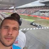 """Lukas Podolski verbringt die Zeit nach der WM in Deutschland und besucht den """"Großen Preis von Deutschland am Hockenheimring."""