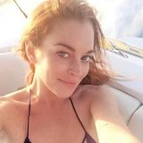 Die schlimmen Jahre sind wohl wirklich vorbei. Lindsay Lohan zeigt sich auf Instagram wie hier immer ofter glücklich und auch ohne Make-up schön, entspannt und vor allen Dingen mit klaren, großen Augen. Die Liebe zu ihrem Verlobten, dem russischen Erben Egor Tarabasov scheint ihr wirklich gut zu tun.