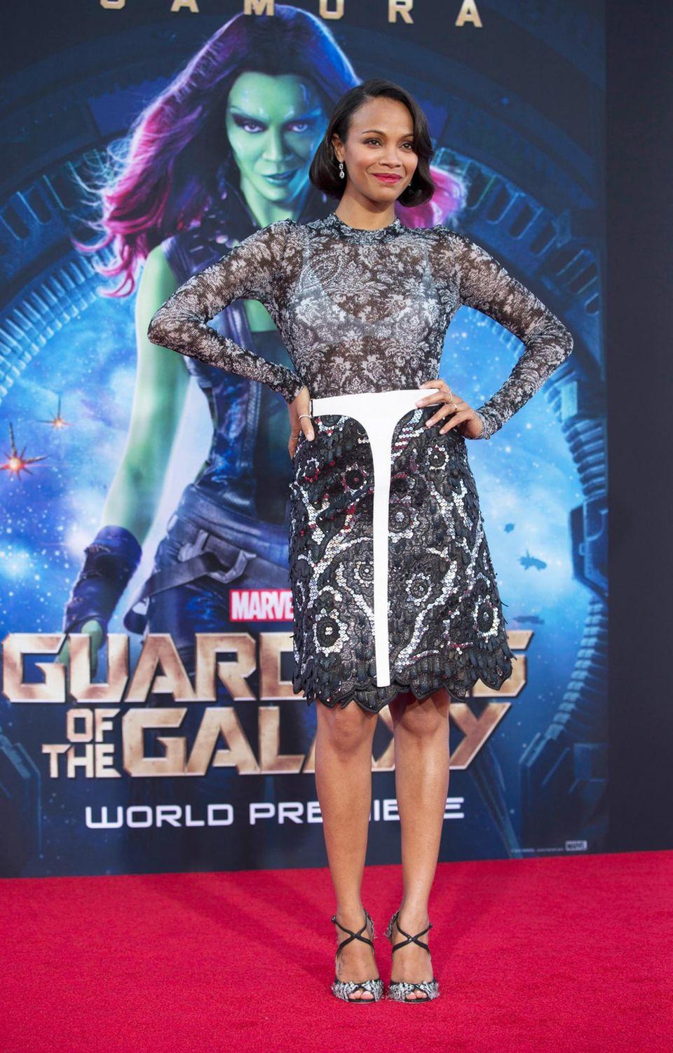 Zoe Saldana trägt zur Premiere ein Outfit von Louis Vuitton.