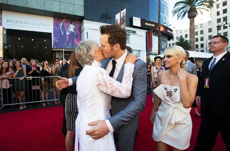 Chris Pratt und seine Frau Anna Faris begrüßen Glenn Close.