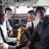 Auch Jogi gesellt sich mit dem Pokal ins Cockpit.