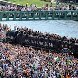 Der offene Bus wird von Tausenden begleitet.