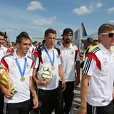 Miroslav Klose, Philipp Lahm, Lars Bender, Sami Khedira und Toni Kroos am Flughafen Tegel