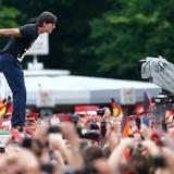 Jogi wird von den Fans am Brandenburger Tor lautstark empfangen.