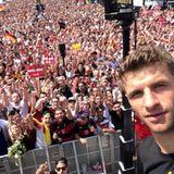 """Waaaaaaaahhhhnnnnnssiiiiiiinnn! Danke für diesen großartigen Empfang! Liebe Fans, ihr seid weltmeisterlich!"""", schreibt Thomas Müller von der Fanmeile in Berlin."""