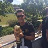 Mesut Özil mit dem großen Goldjungen