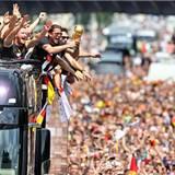 Die Spieler der Fußball-Nationalmannschaft jubeln mit der Trophäe.