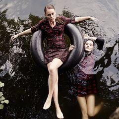 Melissa (l.) trägt Hemdbluse und Minirock in leicht unterschiedlichen Karos, beides von S.Oliver, Johanna ein Minkleid in Rot und Schwarz von Betty Barclay