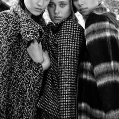 Johanna trägt einen Salz-und-Pfeffer- Mantel von Comma, Melissa einen Pepita-Mantel von Odeeh und Maria einen groß karierten Mantel von Steffen Schraut