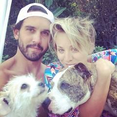 Kaley Cuoco und Ryan Sweeting verbringen die Sommermonate zusammen mit ihren Hunden. Am liebsten am heimischen Pool.