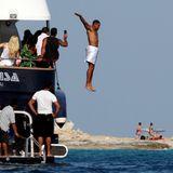 Will Smith springt aus schwindelerregender Höhe unter den Augen seiner Urlaubsbegleiter bei Formentera ins Mittelmeer.