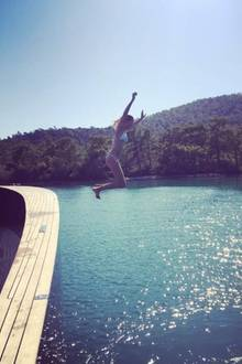 "Karolina Kurkova springt ins blaue, kühle Nass. Wie das Model das nennt? ""Jump of Joy!"""
