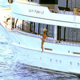 Elle Macpherson stehen die Haare zu Berge bei ihrem Sprung von der Jacht ins kühle Mittelmeer. Sie und ihr Mann Jeffrey Soffer genießen ihren Urlaub vor Monaco.