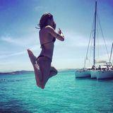 Elisabetta Canalis zeigt, wie man mit Anlauf vom Boot hüpft.