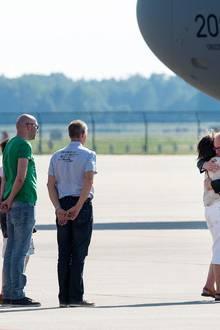 Der niederländische Außenminister Frans Timmermans versucht die Angehörigen der Opfer zu trösten.
