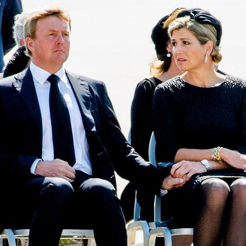 König Willem-Alexander und Königin Máxima empfangen die Toten in Eindhoven. Sie versuchen, sich gegenseitig Kraft zu geben.