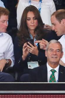 Will erklärt Kate etwas auf dem Handy.
