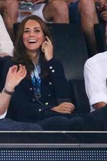 Auch Prinz Harry hilft beim erklären und Catherine scheint es verstanden zu haben, was alle drei amüsiert.
