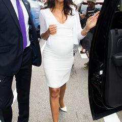 Schlicht und edel: Das ist genau Zoe Saldanas Stil, auch mit wachsendem Babybauch. Über dem weißen Etuikleid von Calvin Klein Collection trägt sie einen leichten Cardigan.