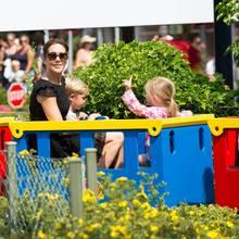 Mit ihren Zwillingen, Vincent und Josephine, fährt Prinzessin Mary eine Runde durch den Vergnügungspark.