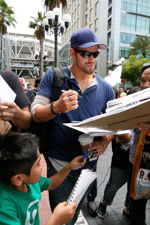"""Auf dem Weg zur """"Comic-Con"""" gibt Kellan Lutz wartenden Fans Autogramme."""