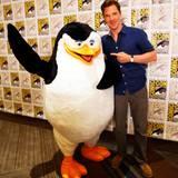 "Benedict Cumberbatch posiert mit einer Figur aus dem Film ""Penguins of Madagascar""."