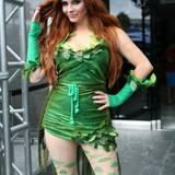 "Phoebe Price als ""Poison Ivy"""
