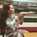 Fashion-Looks: Im gestreiften Strickkleid lässt sich Grace eine Pizza schmecken.