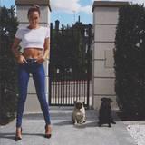 Sportlich, sommerlich und sexy zeigt sich Mandy Capristo mit superenger Slim-Jeans und weißem Crop Top.