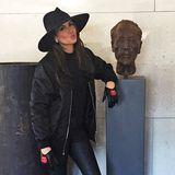 Mit Kussmund präsentiert Mandy Capristo ihren Look für einen DSDS-Dreh in Österreich. Mit Bomberjacke, Leder-Handschuhen und stylischem Hut ist der nämlich ganz besonders cool.